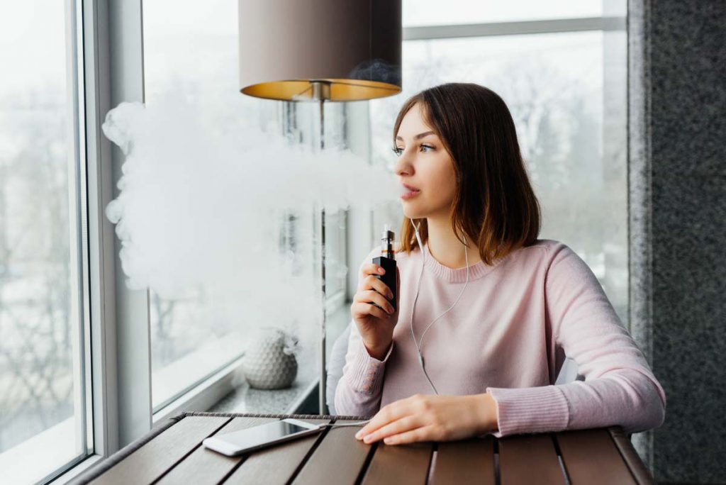 femme fumant e-cigarette
