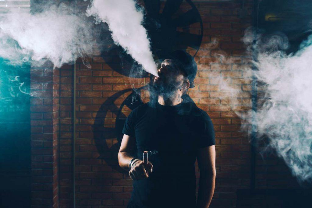 homme fumant ecigarette